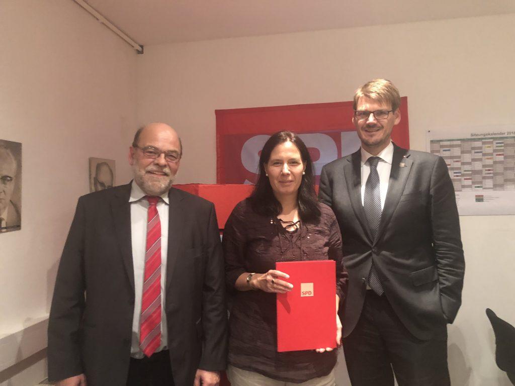 Norbert Spinrath und Michael Stock mit der Jubilarin (25 Jahre) Swantje Day